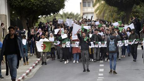 Des étudiants algériens protestent à la Faculté centrale d'Alger contre la candidature du président Abdelaziz Bouteflika, le 26 février 2019.