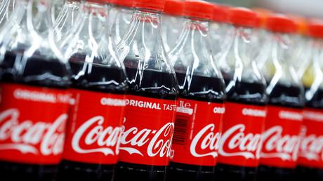 Des bouteilles de Coca-Cola dans un hypermarché Carrefour à Montreuil, près de Paris, le 5 février 2018 (image d'illustration).