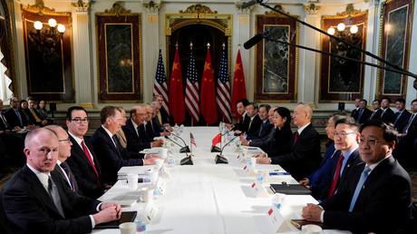 Face à face, les deux délégations étasunienne et chinoise pour les négociations commerciales, lors d'une réunion à la Maison Blanche à Washington, le 21 février 2019.