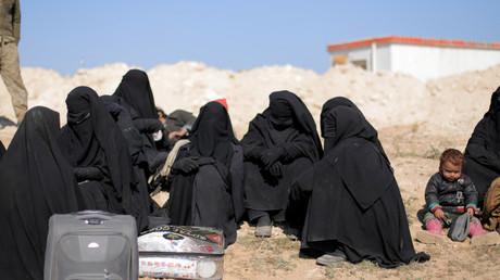 Des femmes assises avec leurs affaires près de Baghouz, dans la province de Deir Al-Zor, en Syrie, le 12 février 2019 (image d'illustration).