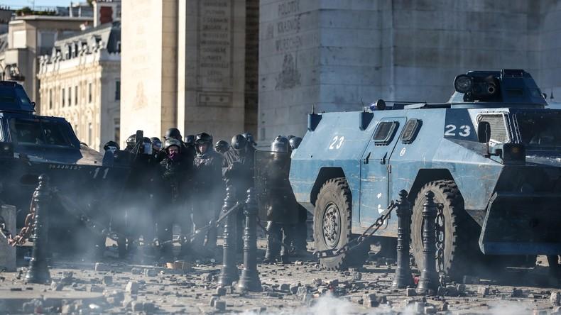 Acte18 : un policier boxe des Gilets jaunes et des street medics à Paris (VIDEOS)