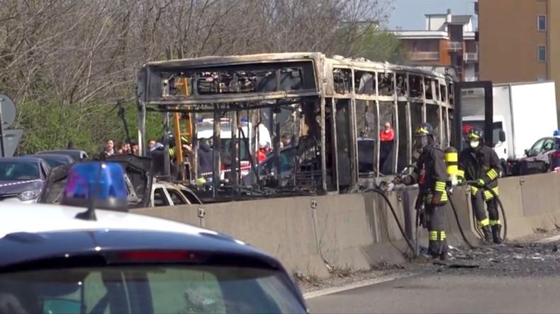 Milan : le conducteur d'un bus rempli d'enfants incendie son véhicule en soutien aux migrants
