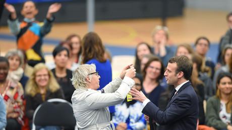 «J'ai le droit de ne pas mettre un gilet jaune» : Macron interpellé par une Gilet jaune (VIDEO)