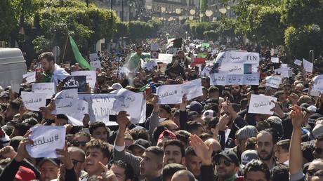 Algérie : des dizaines de milliers de personnes manifestent contre le président Bouteflika (IMAGES)