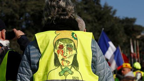 Un visage abîmé, dessiné sur le dos un gilet jaune aperçu à Genève, le 20 février 2019, lors d'un rassemblement devant Conseil des droits de l'homme des Nations unies (image d'illustration).