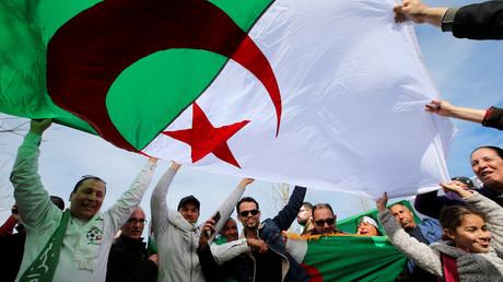 Des manifestants brandissent le drapeau algérien lors d'un rassemblement contre un cinquième mandat d'Abdelaziz Bouteflika, le 3 mars 2019 à Marseille (image d'illustration).