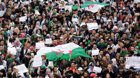 Des étudiants manifestent le 5 mars 2019 à Alger contre un nouveau mandat du président algérien Abdelaziz Bouteflika.