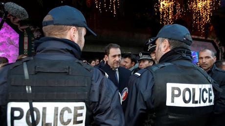 Christophe Castaner rencontre des policiers en patrouille à Paris le 20 décembre 2018 (image d'illustration).