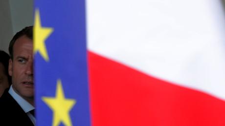 Emmanuel Macron passe derrière des drapeaux français et européen à l'Elysée, le 4 juin 2018 (image d'illustration).