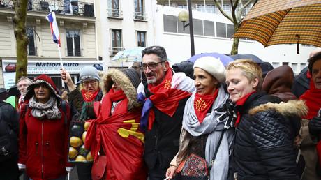 Les Foulards rouges font leur retour pour dire «stop» aux Gilets jaunes