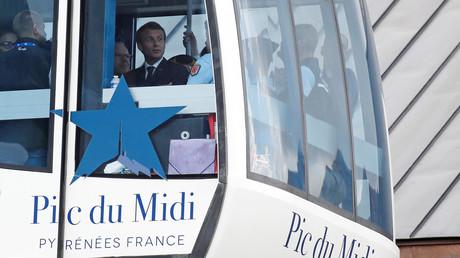 Emmanuel Macron dans le téléphérique du Pic du Midi, à la Mongie, en juillet 2018 (image d'illustration).