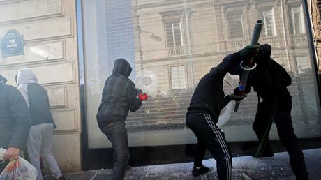 Des casseurs brisent une vitrine à Paris, le 16 mars 2019.