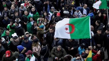 Des manifestants participent le 17 mars 2019 à un rassemblement place de la République à Paris, pour protester contre la décision d'Abdelaziz Bouteflika de reporter l'élection présidentielle.