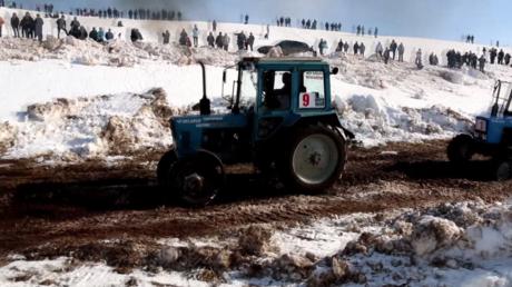 Russie : le biathlon mondial de tracteurs se tient en Oudmourtie