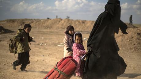 Image d'illustration. Une femme évacuée de Baghouz arrive dans un point de contrôle tenu par les Forces démocratiques syriennes à Deir Ezzor le 6 mars 2019.