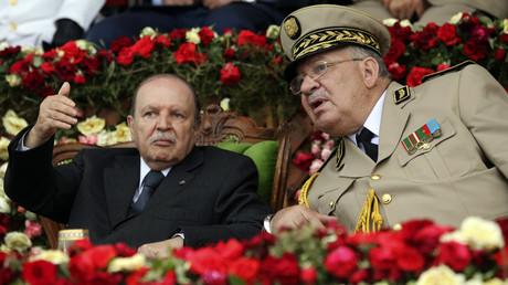 Abdelaziz Bouteflika discute avec le chef d'état-major de l'armée algérienne , le général Ahmed Gaid Salah, lors de la cérémonie de remise des diplômes dans une académie militaire le 27 juin 2012 (image d'illustration).