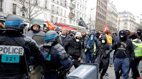Des policiers font face à des manifestants le 16 mars à Paris (image d'illustration).