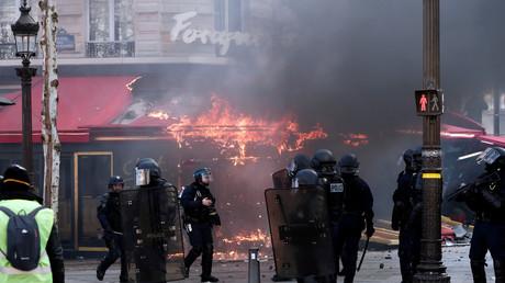 Non, l'incendie du Fouquet's n'a pas été déclenché par une grenade lacrymogène