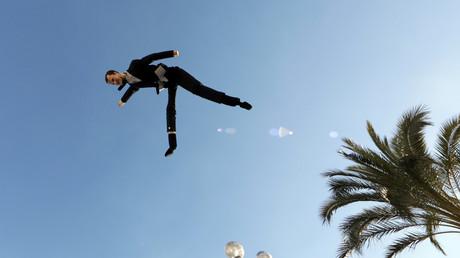 Une effigie d'Emmanuel Macron lancée dans les airs par des Gilets jaunes lors d'une manifestation à Nice le 12 janvier 2019.