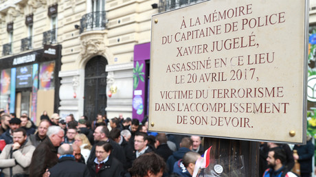 La plaque en mémoire du capitaine Jugelé a été nettoyée après les dégradations du 16 mars 2019.