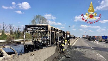 L'autocar incendié.
