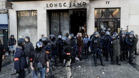 Les forces de l'ordre sécurisent une boutique vandalisée sur l'avenue des Champs-Elysées le 16 mars (image d'illustration).