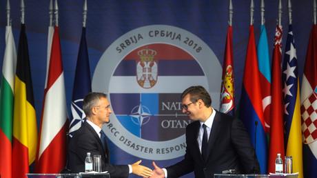 Le Secrétaire général de l'OTAN Jens Stoltenberg et le président serbe Aleksandar Vucic lors d'un exercice conjoint à Mladenovac, le 8 octobre 2018.