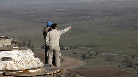 Deux personnels de l'ONU sur les hauteurs du Golan.