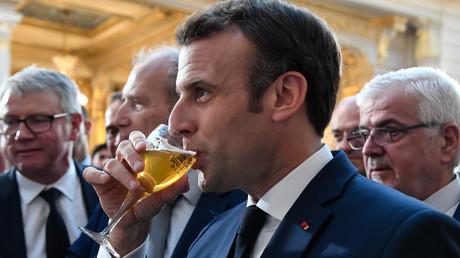 Emmanuel Macron déguste une bière le 22 mars à Paris.
