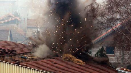 Opération d'explosion contrôlée d'une bombe à fragmentation de l'OTAN à Nis, dans le sud de la Serbie en 2004, cinq ans après la fin du conflit.