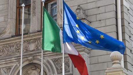 Drapeaux de l'Union européenne et de l'Italie.