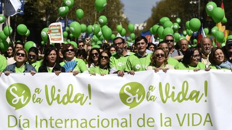 Des personnes tiennent une banderole où est inscrit «Oui pour la vie» lors d'une manifestation contre l'avortement à Madrid, le 24 mars 2019 (image d'illustration).