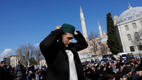 Un groupe de fidèles militait pour que le bâtiment soit transformé en mosquée en priant devant, 1er février 2019 (image d'illustration).
