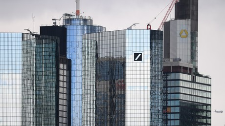 Vue des sièges des banques allemandes Deutsche Bank (à gauche) et Commerzbank (à droite en arrière-plan) à Francfort-sur-le-Main, dans l'ouest de l'Allemagne (photo d'illustration prise le 11 mars 2019).