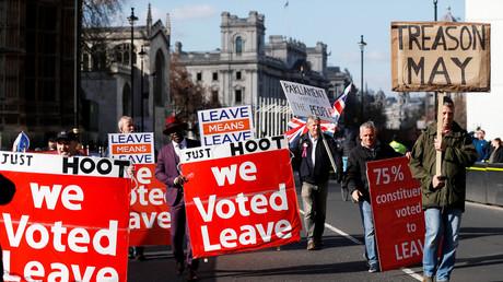 Le 25 mars 2019, des citoyens pro-Brexit ont défilé devant le Palais de Westminster à Londres.