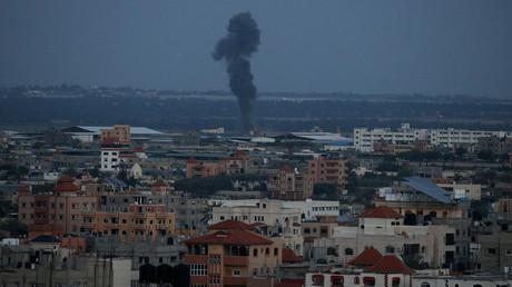 Un nuage de fumée émerge à la suite d'une frappe aérienne israélienne dans le sud de la bande de Gaza, le 25 mars 2019.