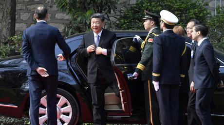 Accueilli par le Premier ministre français Edouard Philippe, Xi Jinping arrive à l'hôtel Matignon le 26 mars à Paris, en passager d'une limousine chinoise, la Hongqi N501 de FAW, le constructeur public national.