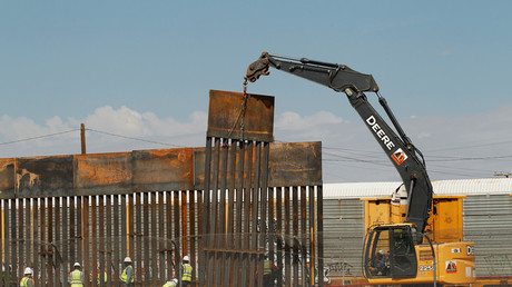 Des ouvriers américains construisent le mur de séparation avec le Mexique à El Paso, au Texas, le 26 septembre 2018.