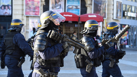 Des CRS interviennent sur la place de la Comédie à Montpellier lors de l'acte 19 des Gilets jaunes le 23 mars 2019.