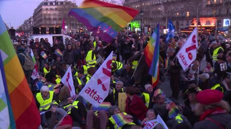 France : des Parisiens se mobilisent pour afficher leur soutien à la Gilet jaune blessée à Nice