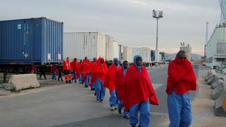 Des migrants, interceptés en mer Méditerranée, après avoir été débarqués au port de Malaga en Espagne, en janvier 2019 (image d'illustration).