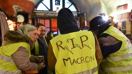 Le référendum d'initiative populaire, une des revendications des gilets jaunes inscrit au dos d'une chasuble d'un manifestant au Mans, le 15 décembre 2018.