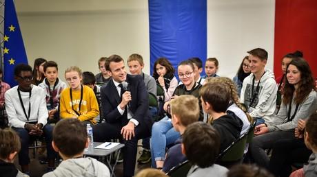 Le professeur Emmanuel Macron explique les Gilets jaunes aux enfants