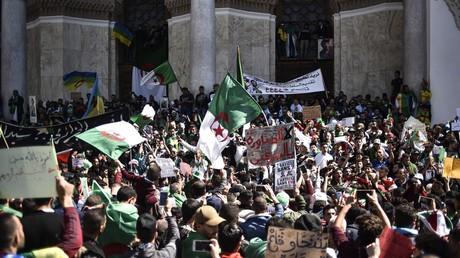 Des manifestants par centaines de milliers en Algérie pour protester contre le pouvoir (IMAGES)