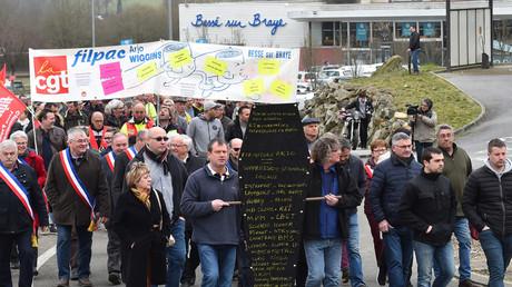 Sur une pancarte en forme de cercueil, les manifestants ont écrit les noms d'entreprises locales menacées par la fermeture de la fabrique de papier Arjowiggins, lors d'une marche organisée à Bessé-sur-Braye, dans l'Ouest de la France, le 28 février 2019 (image d'illustration).