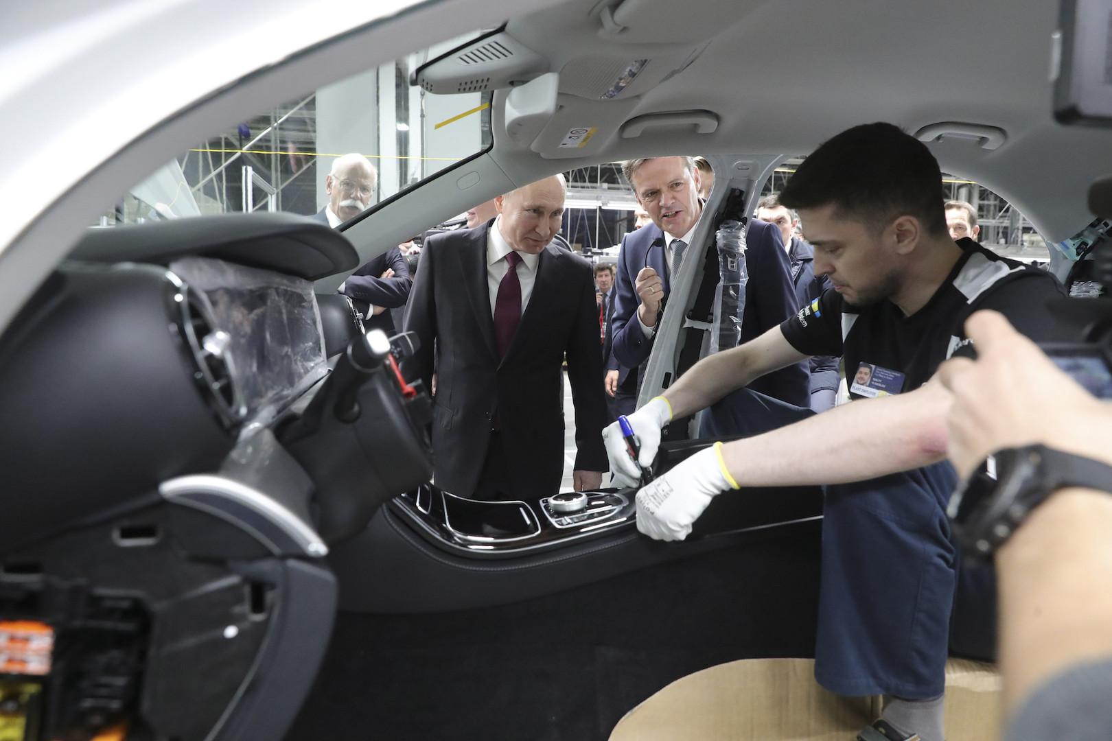 Poutine et le ministre allemand de l'Economie inaugurent une usine Mercedes à Moscou (IMAGES)