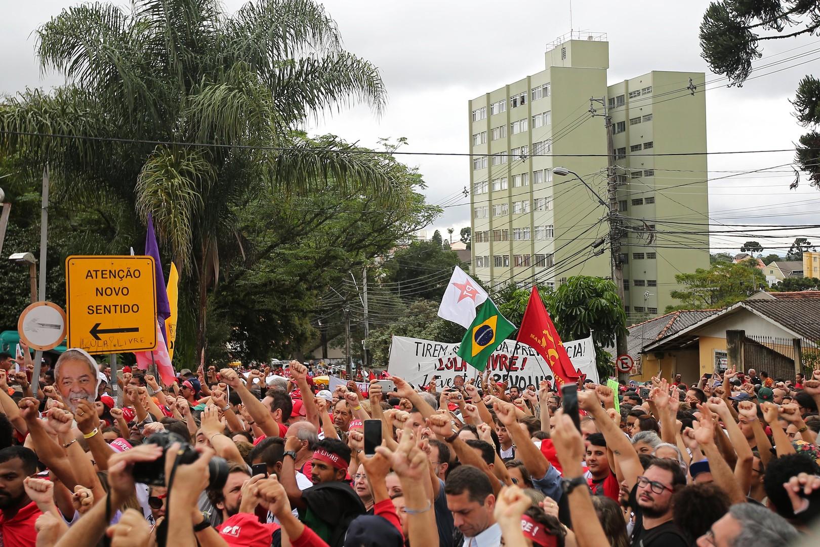 Brésil : des milliers de manifestants exigent la libération de l'ancien président Lula (IMAGES)