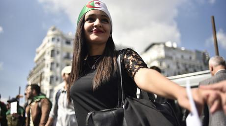 Une étudiante participe à une manifestation à Alger contre le pouvoir le 2 avril 2019.