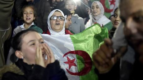 Des Algériens en liesse après la démission d'Abdelaziz Bouteflika, le 2 avril 2019 à Alger.