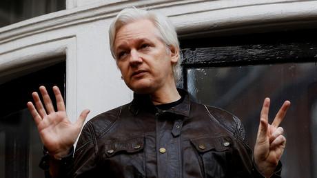 Julian Assange au balcon de l'ambassade équatorienne en 2017 (image d'illustration).